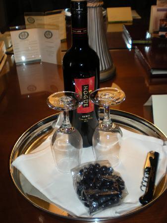 Kimpton Hotel Monaco Portland: We had wine and chocolate covered blueberries waiting for us.