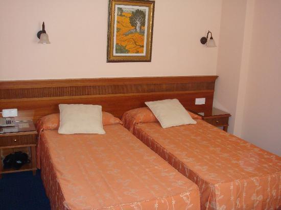 Hotel Ciutat Jardi : Bedroom/Lounge