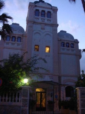 Hotel Ciutat Jardi : The hotel by night