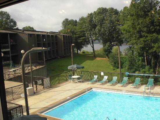 ‪‪Lucas‬, ‪Kentucky‬: View of pool from lodge restaurant‬