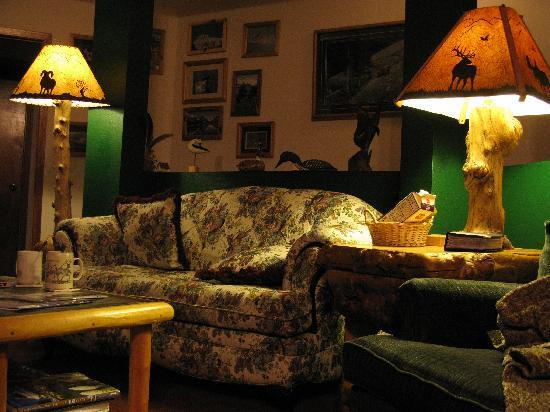 Glacier Park Inn Bed and Breakfast: Main sofa of the living room with amazing handmade lights