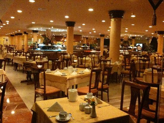 Barcelo Corralejo Bay: beautifully run restaurant - chefs cooking freshly , great selection