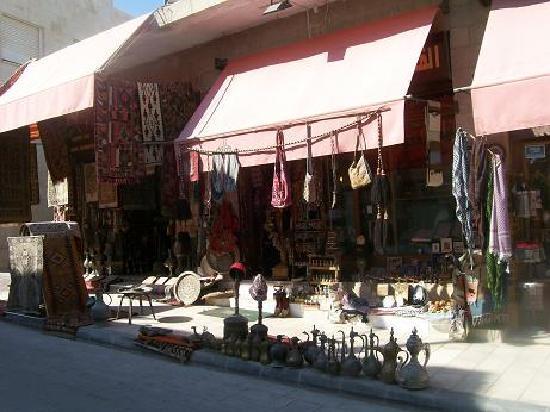 Madaba Inn Hotel: A souvenir store front