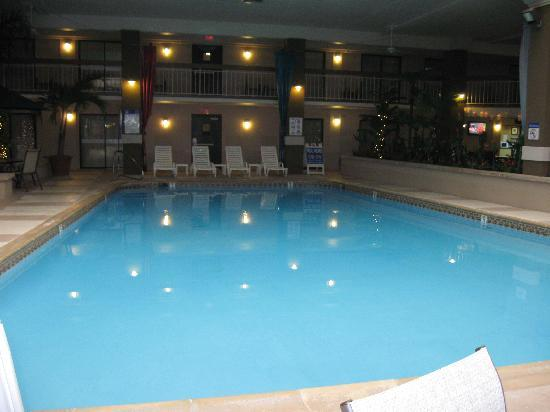 Clarion Hotel and Conference Center Hagerstown: View of the indoor pool