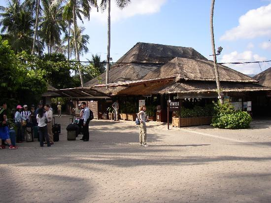 Lipa Lodge Beach Resort: Tropical departure lounge