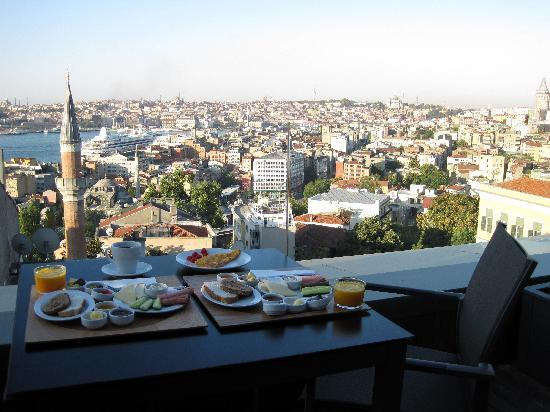 Witt İstanbul Hotel: Breakfast on our private terrace with view of the Bosphorus