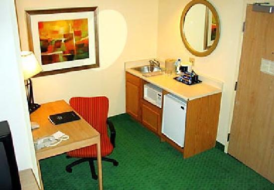 SpringHill Suites Phoenix Tempe/Airport: Desk and Freg area