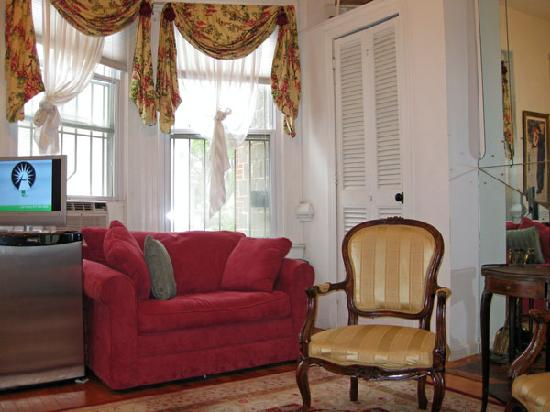 The Inn at Dupont South: 2nd floor back bedroom-sitting area