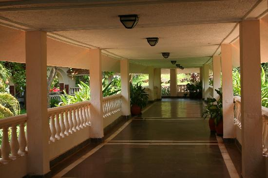 The Riverview Resort - Chiplun : paasage to the reception