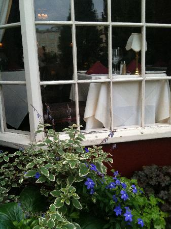 Excelsior Inn: View into the restaurant from the courtyard