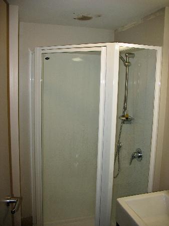 โรงแรมโอกแลนด์ซิตี้ ถนนฮอปซัน: Note the black mold colony above the shower...