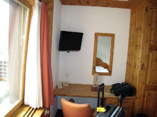 Hotel Languard: Desk, TV
