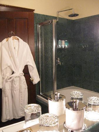 Abigail's Hotel: Jacuzzi Tub & Rain Shower