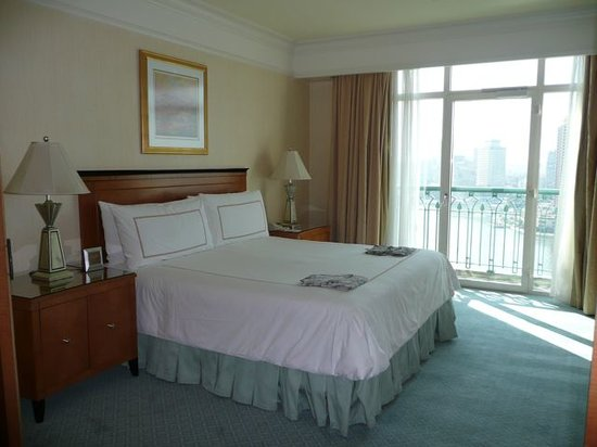 Four Seasons Hotel Cairo at Nile Plaza: Bedroom (Premier Nile View room)