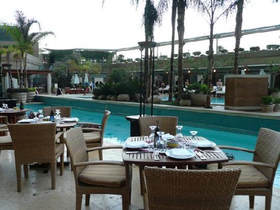 Four Seasons Hotel Cairo at Nile Plaza: Poolside cafe