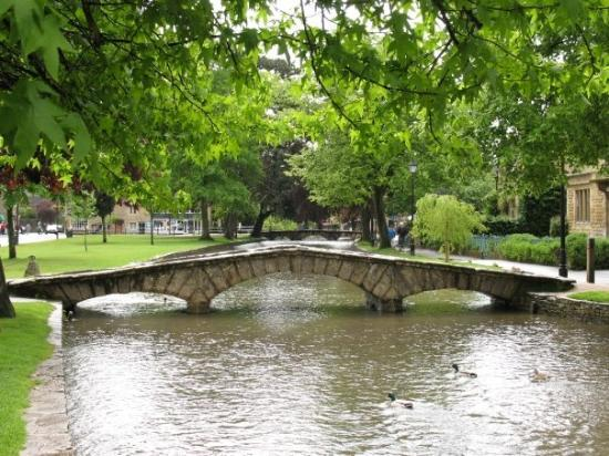 Bourton-on-the-Water, UK: Bridge over the River Bourton-on-the-Water, Cotswolds, England