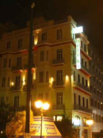 Delphi Art Hotel: the hotel at night time from across the road