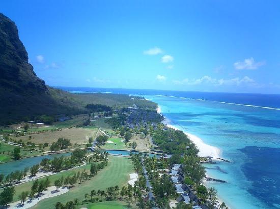 Paradis Beachcomber Golf Resort & Spa : looking along lagoon towards mistral centre on the corner