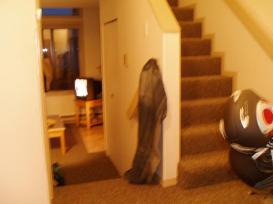 Executive Inn At Whistler Village: Eingang und Flur des Zimmers