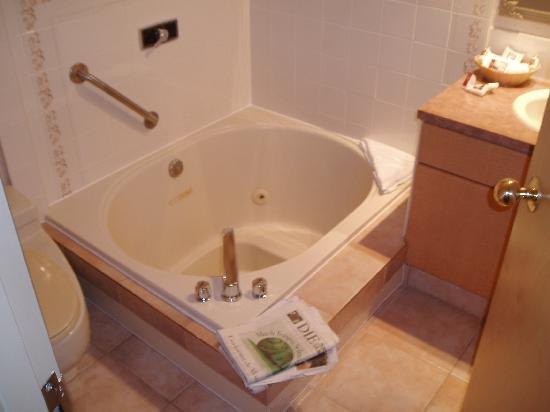 Executive Inn At Whistler Village: Bad Mit Whirlpool