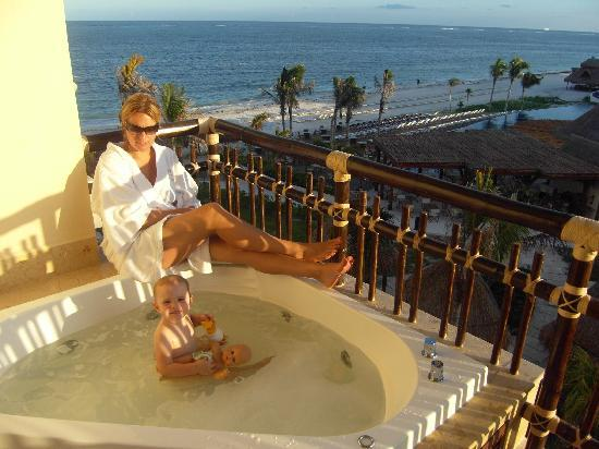 Dreams Riviera Cancun Resort & Spa: balcony with jacuzzi
