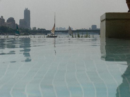 سوفيتيل كايرو الجزيرة: la piscine et le Nil