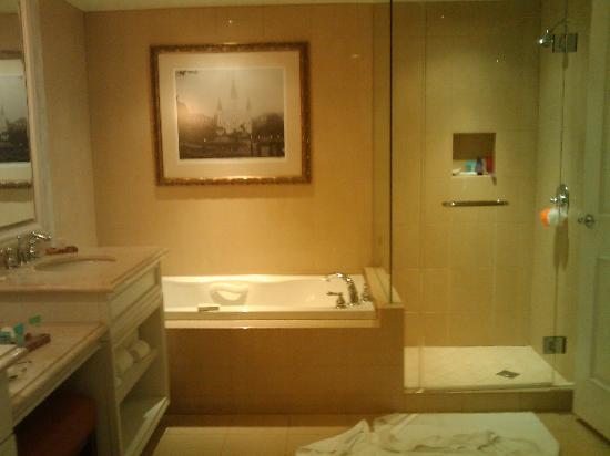 Harrah's New Orleans: The bathroom