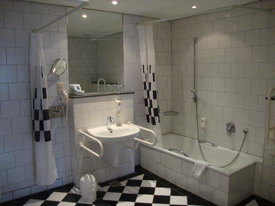 Breuer's Ruedesheimer Schloss: Ensuite bath