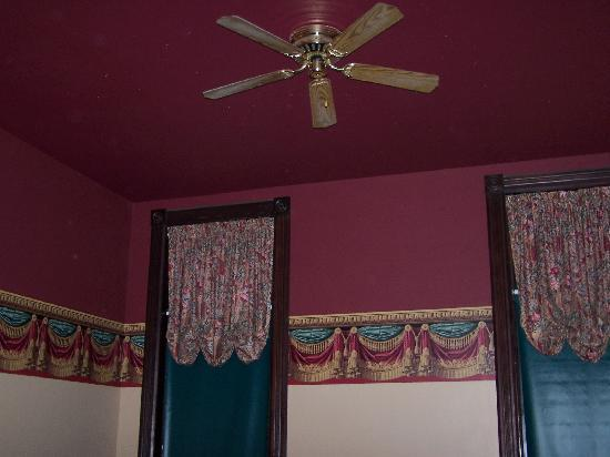 Iron Horse Inn: Curtains and wall colors in our room