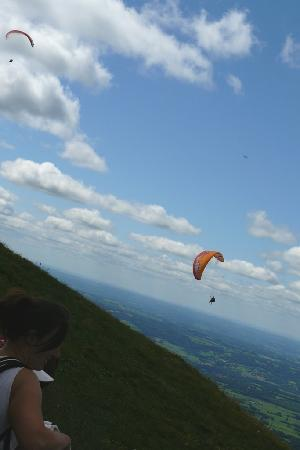 Hotel Republique : Parascenders launching themselves off the top of the Puy de Dome