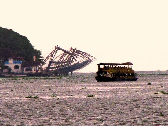 Hotel Abad Chullickal : the chinese nets gaurd the Cochin harbor