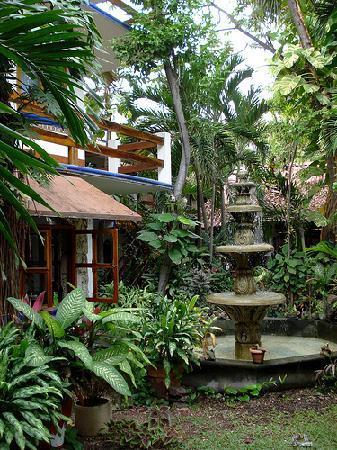 Eco-Hotel El Rey Del Caribe: Fountain in the courtyard.