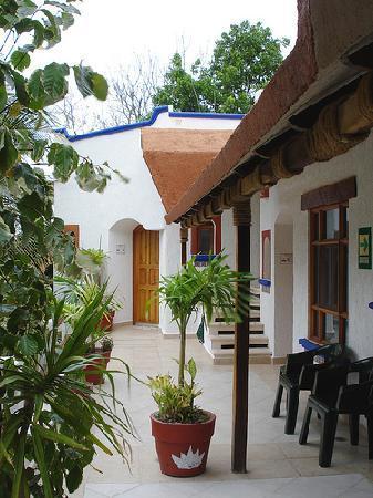 Eco-Hotel El Rey Del Caribe: View of the outdoor hallway.