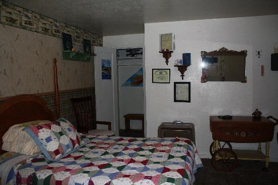 "Rose City Motel: Overview of ""aviation"" room"