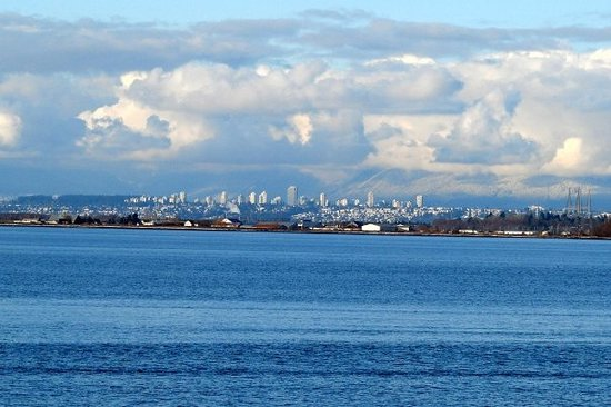 Surrey, Canada: This is looking from Crescent Beach back towards the city