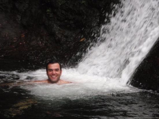 Apia, Ilhas Samoa: enjoying swimming under the waterfall