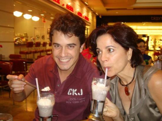 Las Vegas North Premium Outlets: Tomando o melhor milkshake do planeta, aquele que tomei em companhia dos meus três lindos. Que d