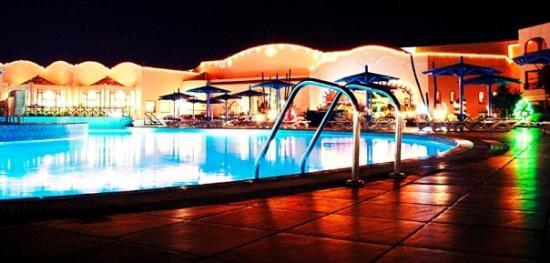 Ali Baba Palace: Night view of the pool Gosh, how much have i regretted leaving the tripod behind in Vienna! © Al