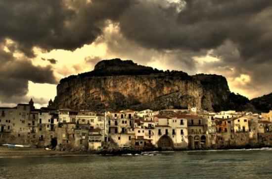 La Rocca : Yıl ikibin sekizdi, kasvetli bir Cefalu' günüydü dışarıdan bakılınca ama kasabanın içi kıpır kıp