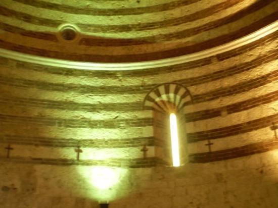 Chiusdino, Italien: Interno della rotonda di Montesiepi