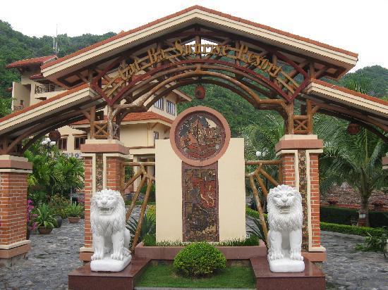 Catba Sunrise Resort: entrance gate