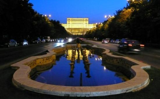Palace of Parliament : Romanian parlamenttitalo - Nicolae Ceauşescun suuruudenhullu rakennelma, joka on maailman toisek