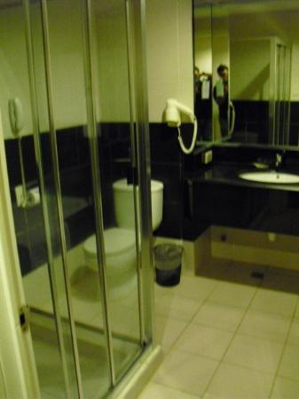 Pearl Garden Hotel: Ensuite bathroom