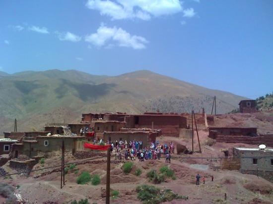 """Asni, Marokko: Ijoukak, c'est beau mais c'est loin. Comme dirait """"l'autre"""". cliché d'un mariage berbere dans le"""