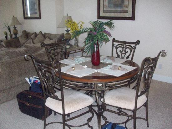 Ocean Villa Condos: Dining area