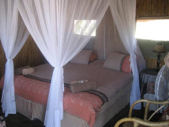 Pezulu Tree House Game Lodge: King bed inside the Jackelberry Tree House