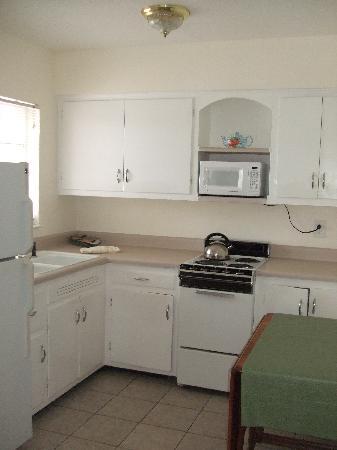 Gulf Tides Inn: Kitchen Area