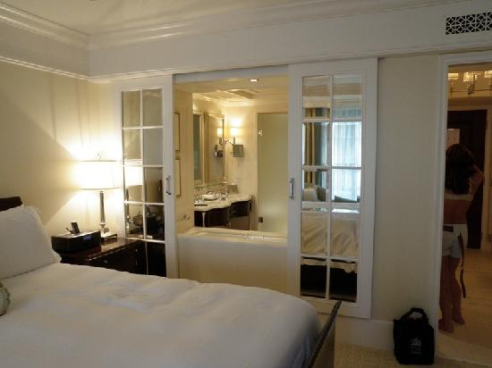 peek a boo sliding shower window picture of the st regis atlanta atlanta tripadvisor. Black Bedroom Furniture Sets. Home Design Ideas
