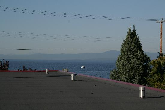 Pantai Qualicum, Kanada: Ocean visible over the flat roof