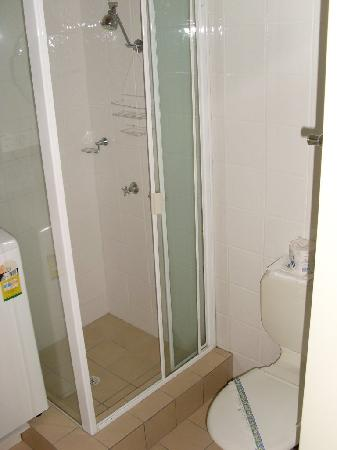 Broadbeach Travel Inn Apartments: shower